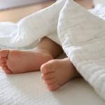 子供が寝るときに足をねじ込むクセ・足の重みが気持ちいという理由を解説!